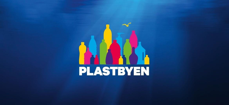 Illustrasjon av plastflasker med et blått hav som bakgrunn