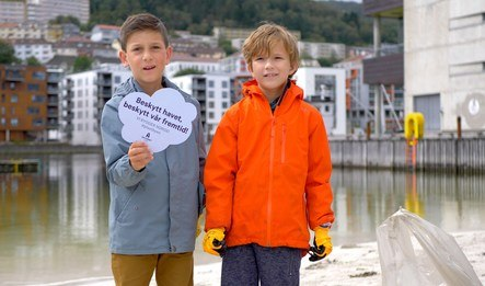 To små gutter rydder plastsøppel ved Marineholmen i Bergen